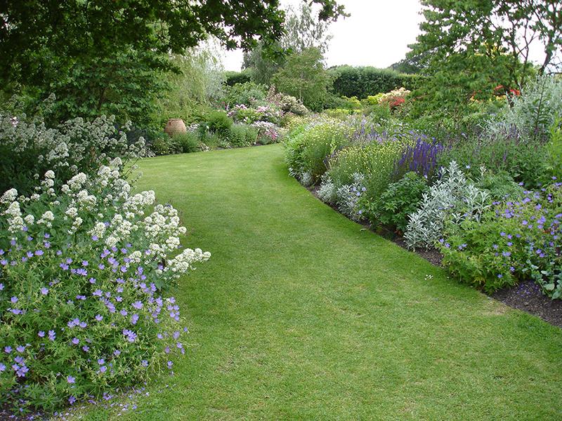 花壇は区切らない ガーデンデザイナー 麻生恵